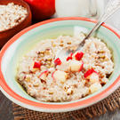 Bircher Müsli mit Apfelstücken und gehackten Haselnüssen