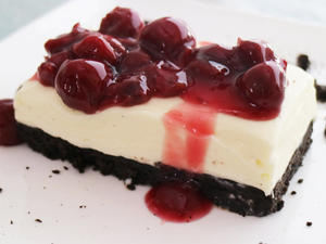 Oreo-Cheesecake mit Kirsch-Topping