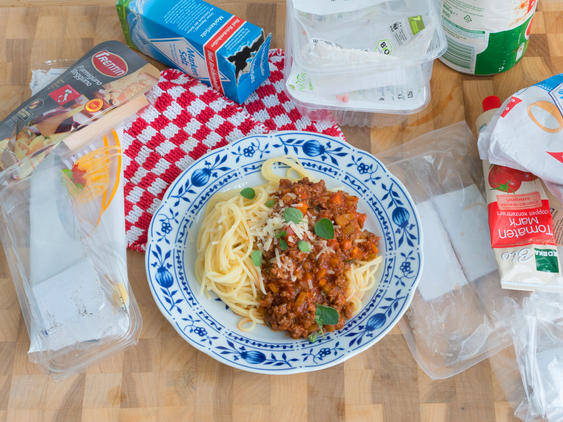 Spaghetti bolognese mit Verpackungsmüll
